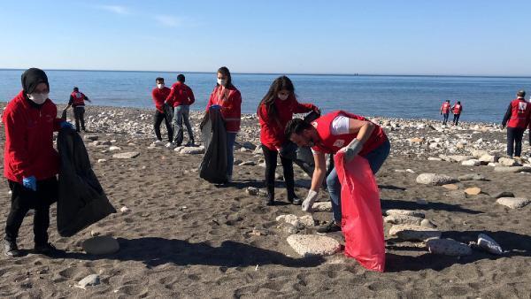 150 gönüllü genç sahili çöplerden temizledi