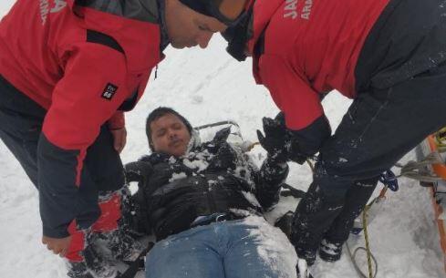 20 metre yükseklikten düşen turisti jandarma kurtardı