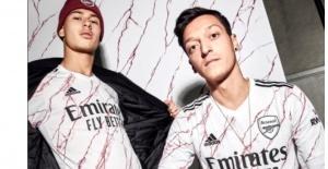 Arsenal, Fenerbahçe'nin gündemine gelen Mesut Özil'e forma tanıtımında yer verdi
