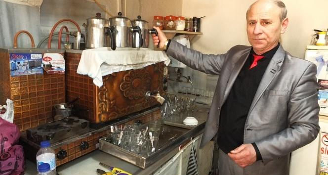 40 yıldır takım elbise ile çaycılık yapıyor