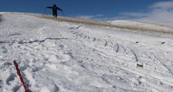 70'lik delikanlı 15 yıldır kendi yaptığı kayak pistinde kayıyor