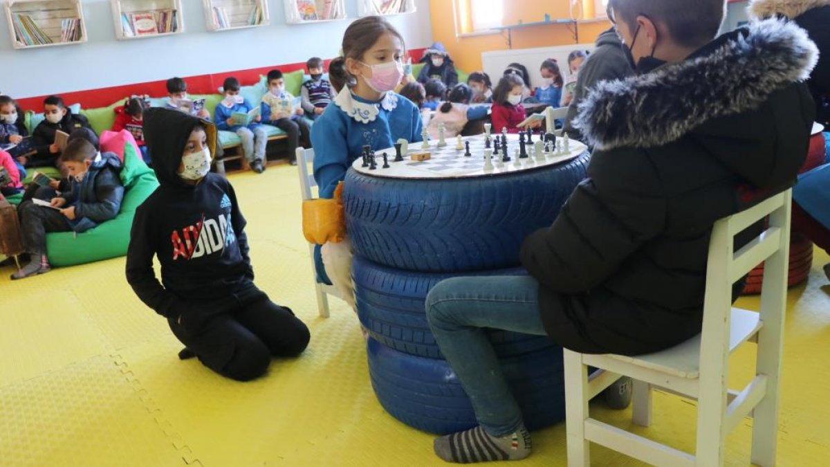 Aksaray'da öğrenciler çöplerden kütüphane yaptılar