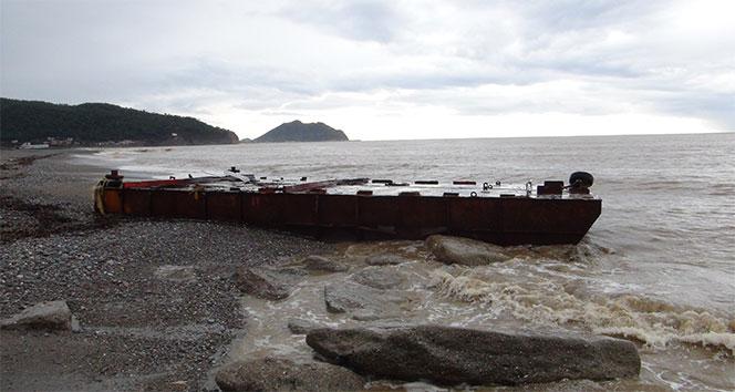 Antalya'da sahile dev demir platform vurdu