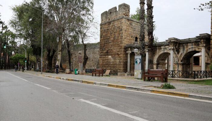Antalya sessizliğe büründü, sokaklar boşaldı
