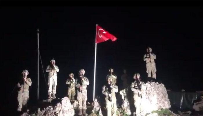 Bakan Akar ve TSK Komuta Kademesi, Mehmetçikle İstiklal Marşı okudu