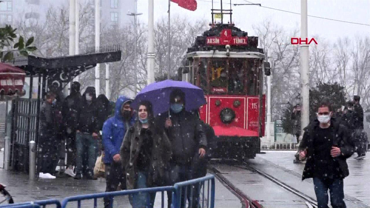 Beklenen kar geldi, İstanbul trafiği kilitlendi