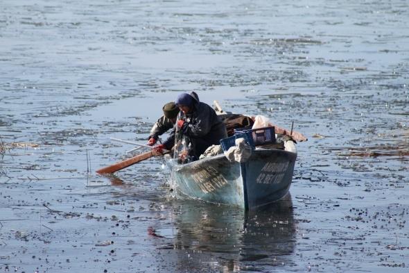 Beyşehir Gölü'nde 'ekmek' buz tutan ağların arasında