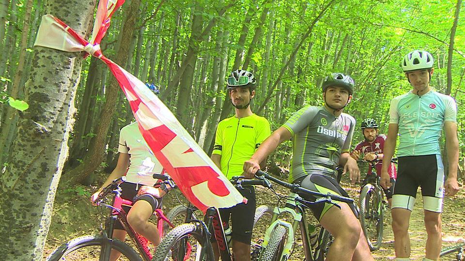 Bisikletçiler ormanda kayboldu