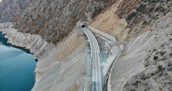 Bu ilçeye ulaşım 44 tünel 20 köprüyle sağlanıyor