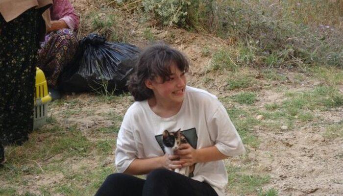 Çanakkale'de hafızalara kazınan kare! Kedisine sarılıp gözyaşlarıyla evini terk etti