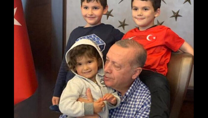 Cumhurbaşkanı Erdoğan'ın torunlarıyla birlikte 23 Nisan sevinci