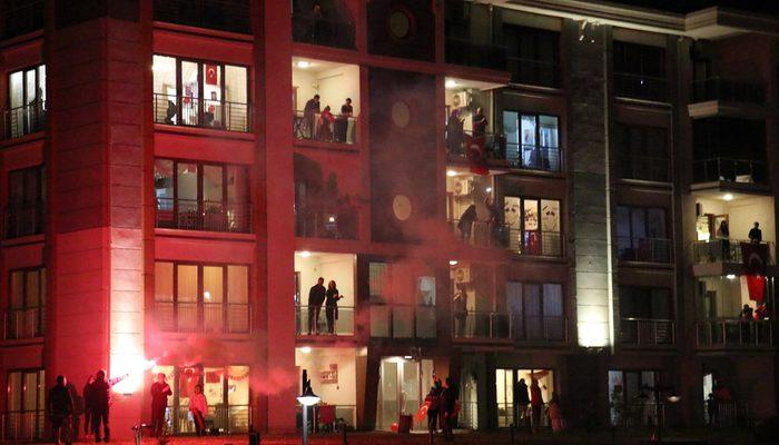 Cumhurbaşkanı Erdoğan paylaştı! Saat 21.00'de balkonlardan İstiklal Marşı okundu
