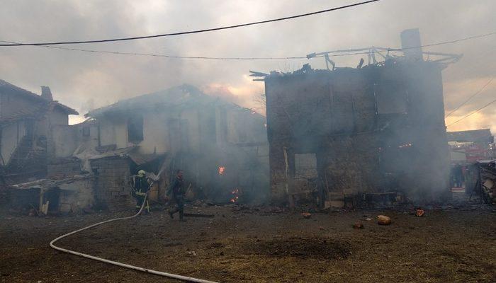 Denizli'de iki katlı ahşap ev alev alev yandı