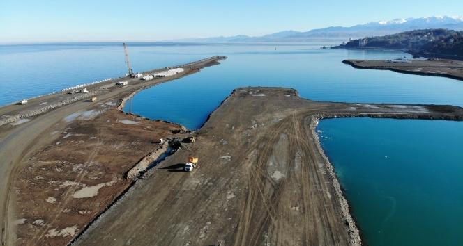 Dolgu çalışmalarının yüzde 52'si tamamlanan Rize-Artvin Havalimanı inşaatı havadan görüntülendi