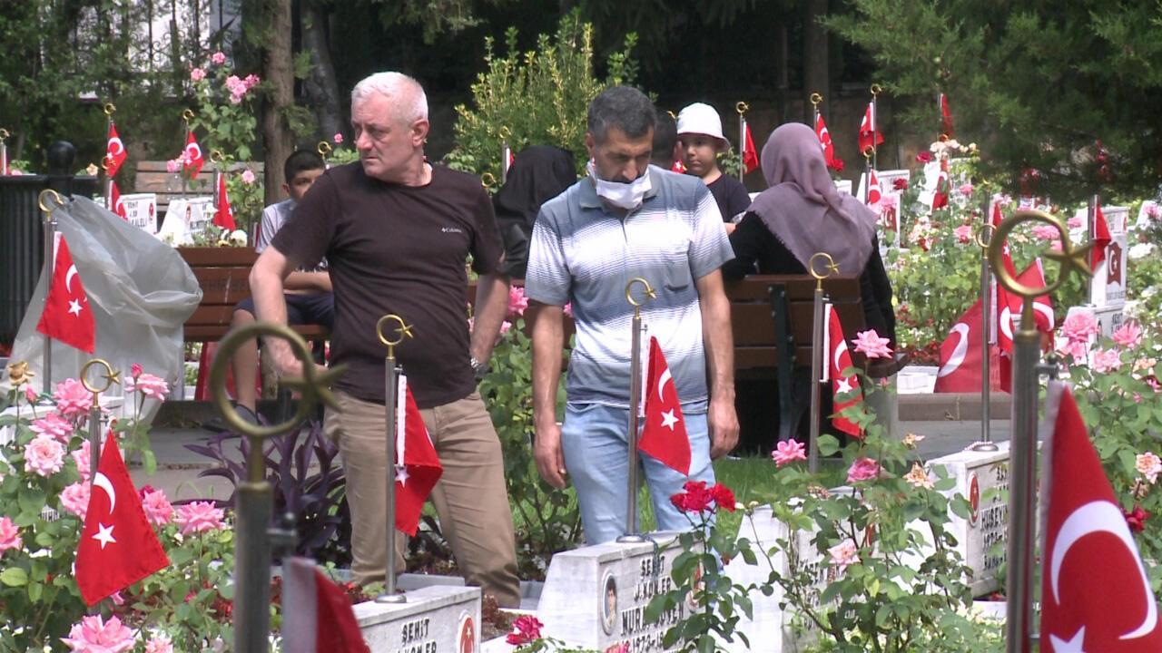 Edirnekapı Şehitliği'nde bayram sabahında şehit aileleri ile doldu