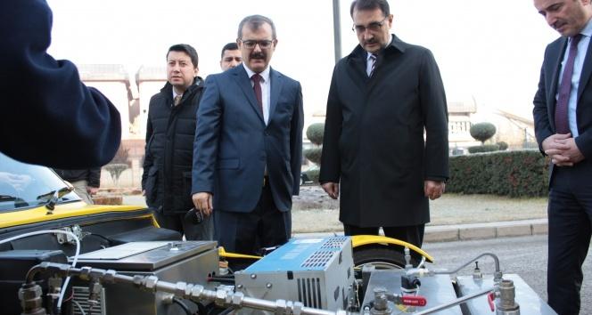 Enerji ve Tabii Kaynaklar Bakanı Dönmez hidrojenle çalışan aracı denedi