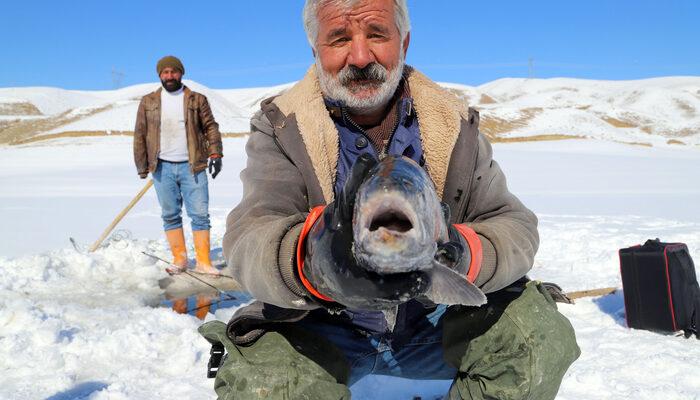 Gölün donması avcıları durdurmadı... Eskimo usulü balık tuttular