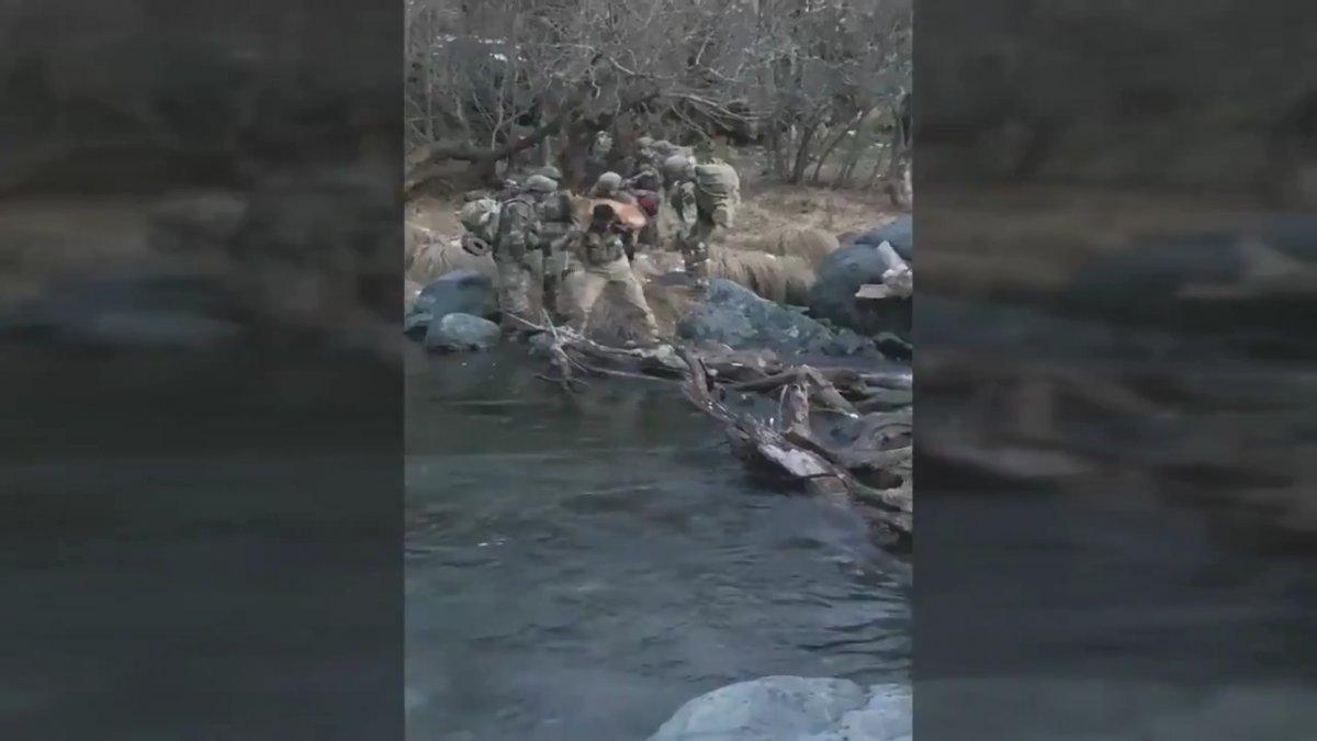 Hakurk taki Mehmetçik, köpeğin nehri geçmesine yardımcı oldu #1