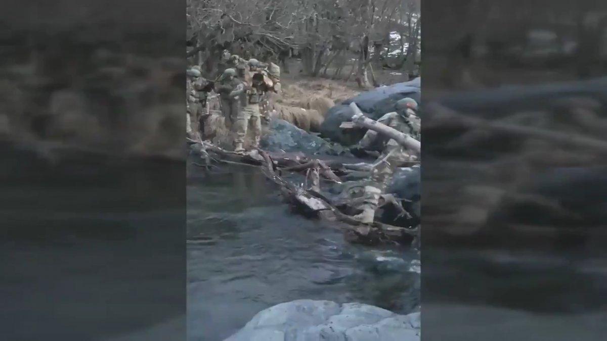 Hakurk taki Mehmetçik, köpeğin nehri geçmesine yardımcı oldu #2