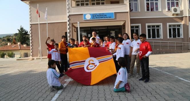 İhlas Haber Ajansı Köy okullarında okuyan öğrencilerin yüzü, Galatasaray'dan gelen spor malzemeleri ile güldü