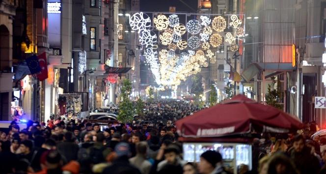 İstiklal Caddesi'ndeki yoğunluk fotoğraf karelerine yansıdı
