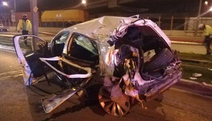 İzmir'de feci kaza! Otomobil tramvay yolunu aşıp karşı yola geçti