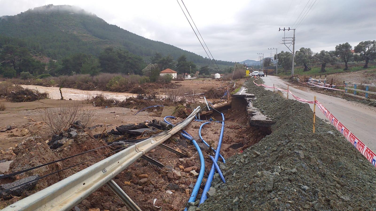 İzmir'deki sağanak nedeniyle bazı araçlar toprak altında kaldı