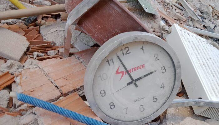 İzmir'den acı kare! Deprem zamanı durdurdu
