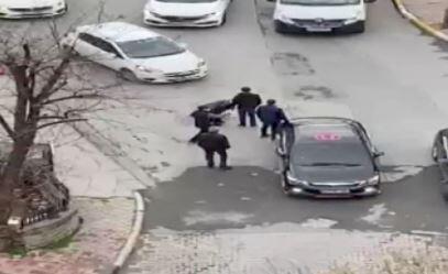 Kadına sokak ortasında tokat attı