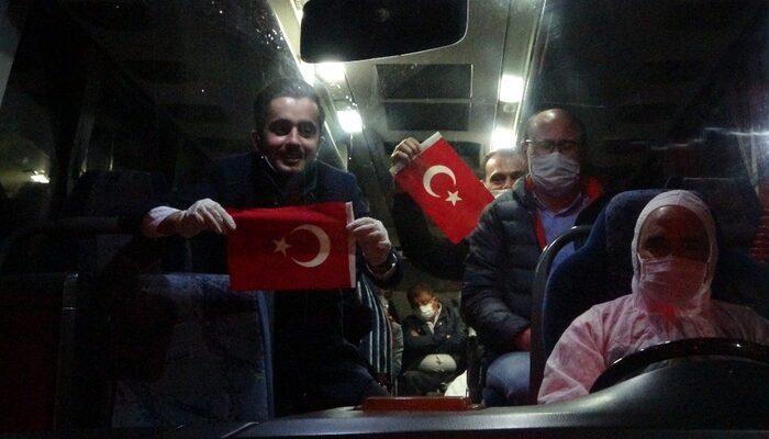 Karantina için Uşak'a getirilen vatandaşlar otobüsten Türk Bayrağı salladı