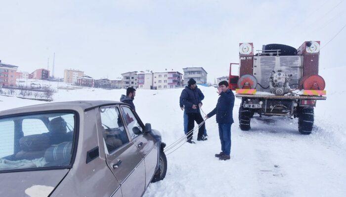 Karda mahsur kalan vatandaşların imdadına belediye başkanı koştu