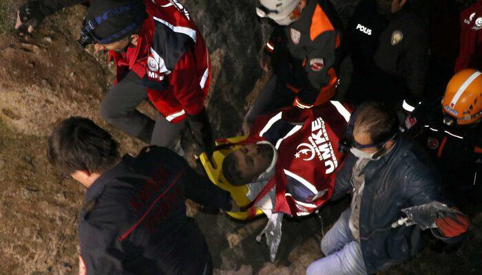 Kayalıkların arasına düşen gencin arkadaşları korkup kaçtı! 24 saat sonra kurtarıldı