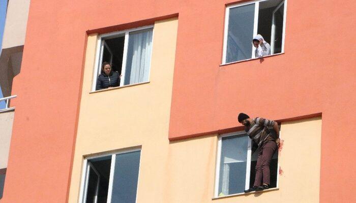 Kayseri'de intihar girişimi! Pencereye çıkıp kendini kesmeye başladı