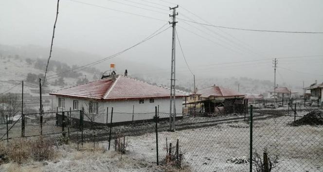 Kızılcahamam'a mevsimin ilk karı yağdı