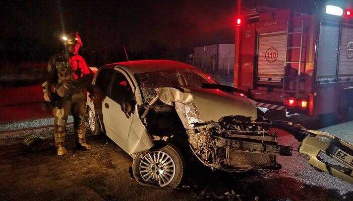 Kontrolden çıkan otomobil elektrik direğine çarparak durabildi: 2'si çocuk 4 yaralı