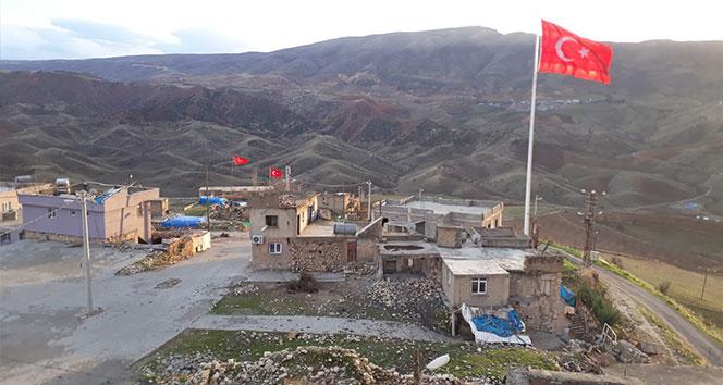 Köylüler, dev Türk bayrağını köyün en tepesinde dalgalandırdı