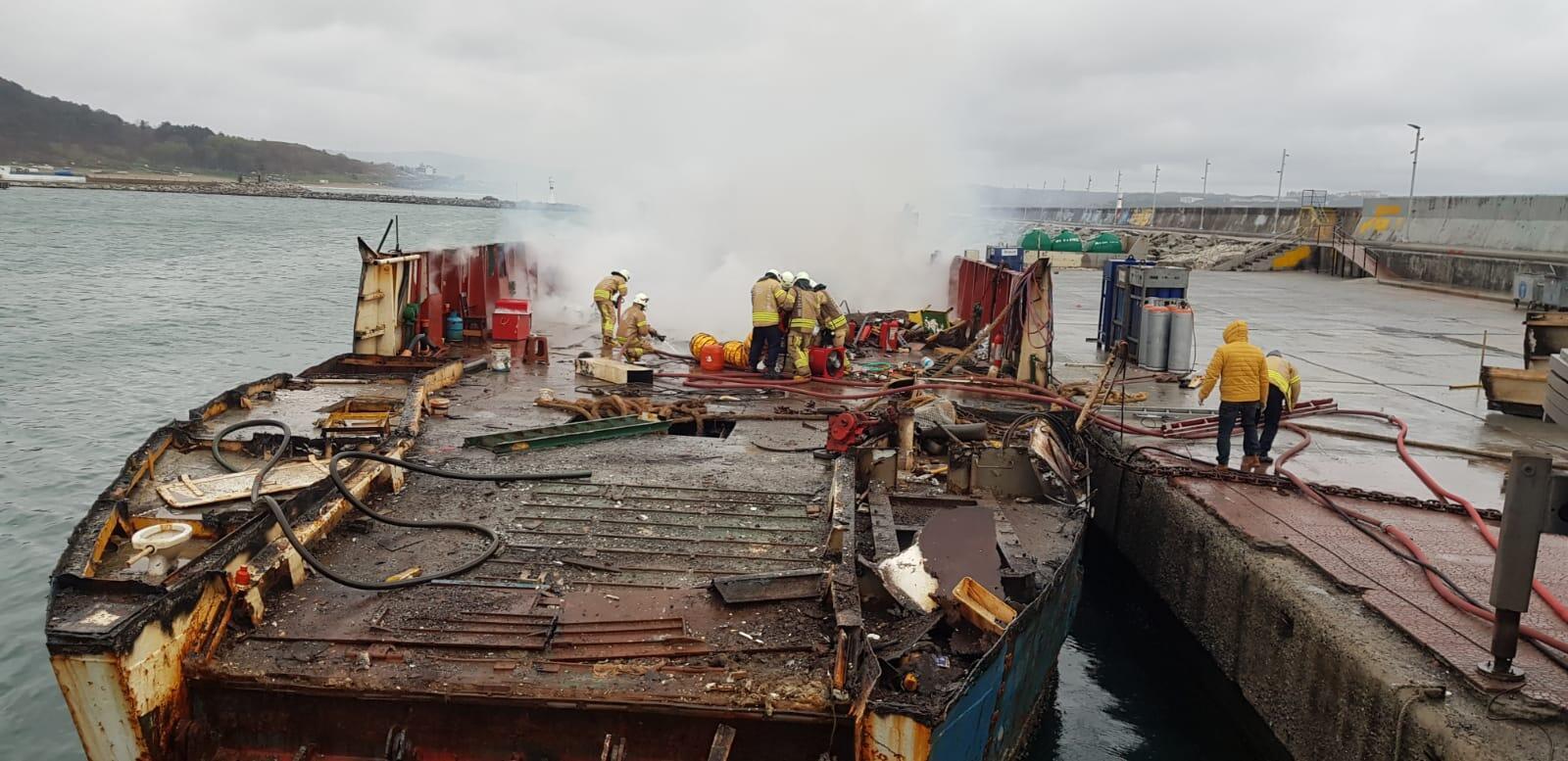 Limanda söküm işlemi yapılan teknede yangın