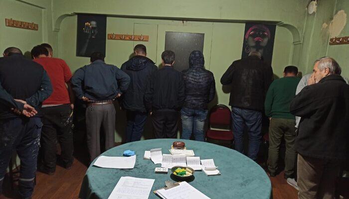 Manisa'da bir evde kumar oynayan kişiler yakalandı, ceza kesildi