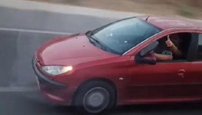 Mersin'de ilginç görüntü! Ayağını pencereden çıkartıp aracını sürdü