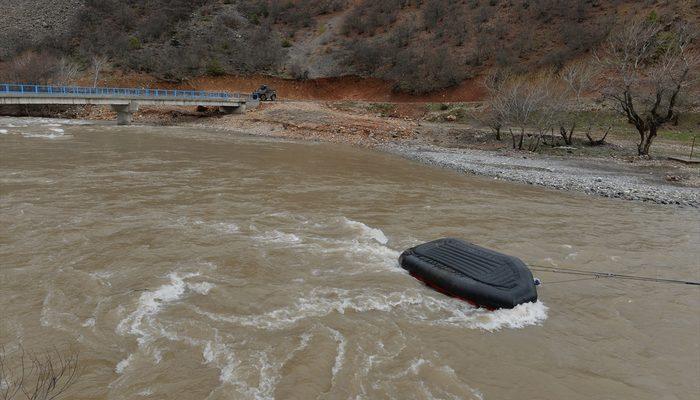 Munzur Nehri'nde jandarma timinin botu devrildi! Bir asker akıntıda kayboldu