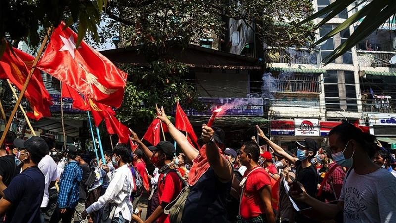 Myanmar'da halk cuntaya meydan okudu