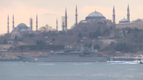 Rus savaş gemisi İstanbul Boğaz'ından geçti