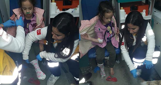 Sağlık görevlisi çorabı olmayan küçük kıza kendi çoraplarını giydirdi