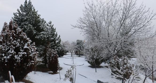 Sivas'ta kar yağışı etkili oldu, 61 köy ile ulaşım kesildi