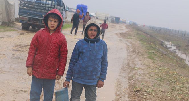 Siviller hayatta kalmak için İdlib'den kaçmaya devam ediyor
