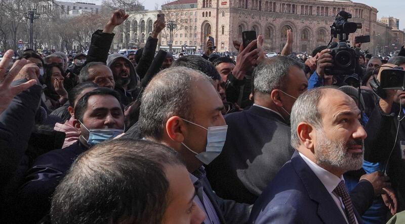 Son dakika... Paşinyan sokağa çağırdığı destekçileri ile meydanda