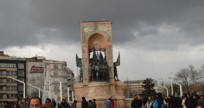 Taksim'de güneş ve dolu yağışı bir arada