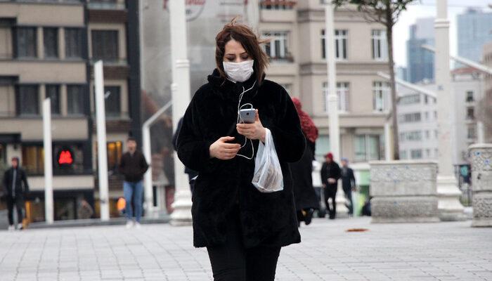 Taksim Meydanı'nda koronavirüse karşı vatandaşlardan maskeli ve eldivenli önlem