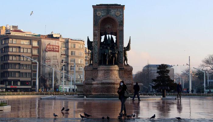Taksim Meydanı'nda maskeli koronavirüs önlemleri
