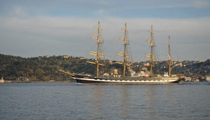 Tarihi gemi İstanbul Boğazı'ndan geçti